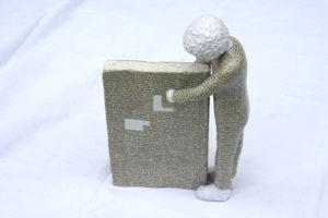 """""""Büchernarr"""" – Margit Hühner   Skulptur, Pappmache/Draht   Maße: 30 cm hoch   Mindestgebot: 70 Euro   Kontakt: margit-huehner@web.de"""