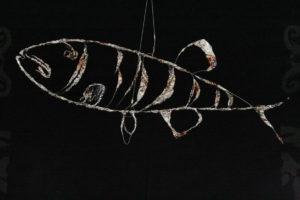 """""""Windfisch (Gartenobjekt)"""" – Axel Luther   Edelstahldraht und Edelstahlfolie, rostfrei   Maße: L:60 cm, H:25 cm, B:12cm   Mindestgebot: 120 Euro   Website: www.lutherart.de   Kontakt: axelluther@googlemail.com"""