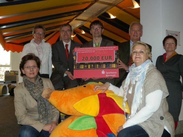 Spendenscheck von 20.000 Euro von der Sparkasse für die Stadtbibliothek