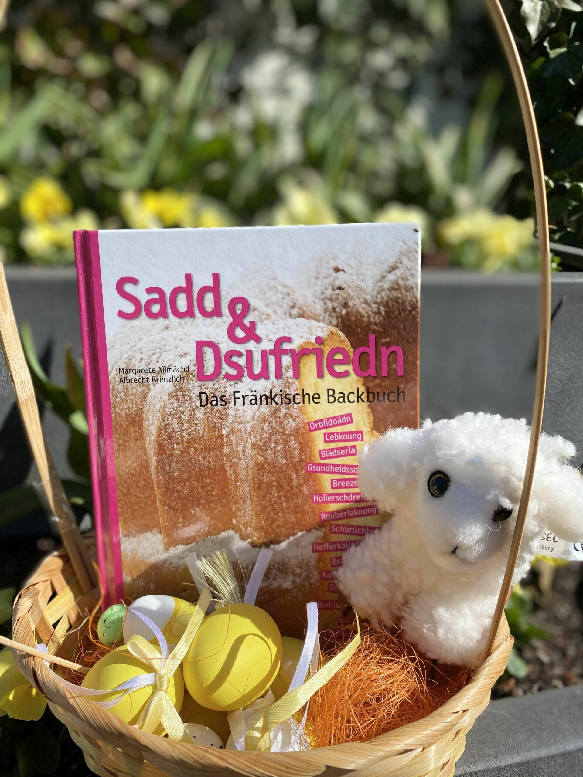 """Kleines Osternest in dem das Buch:""""sadd und dsufriedn"""" zu sehen ist."""