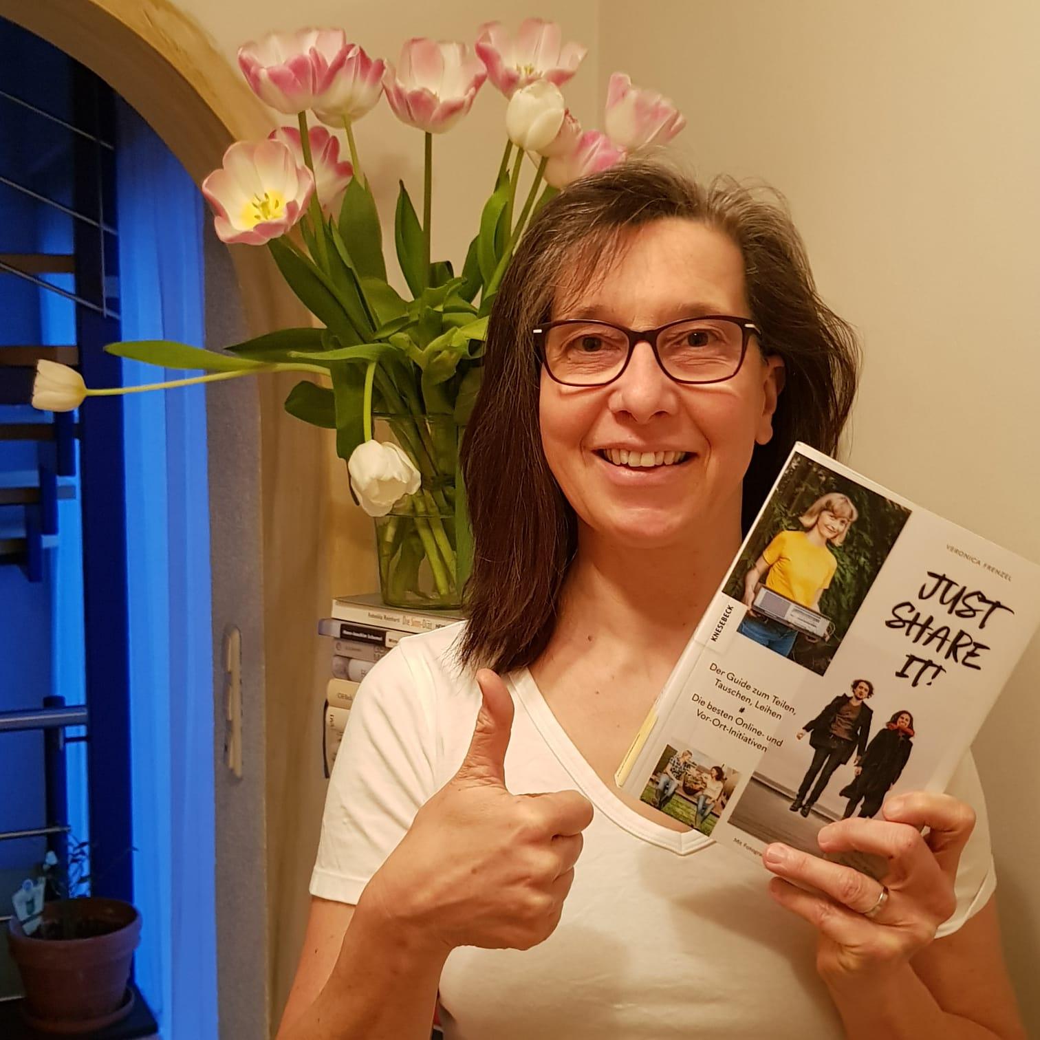 Frau Geyrhalter präsentiert das Buch just share it von Veronika Frenzel