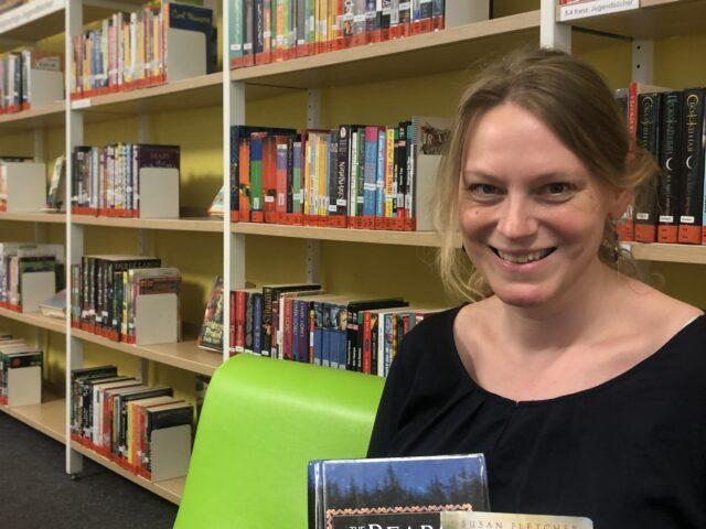 Kathrin Kellner präsentiert zwei der fremdsprachigen Bücher