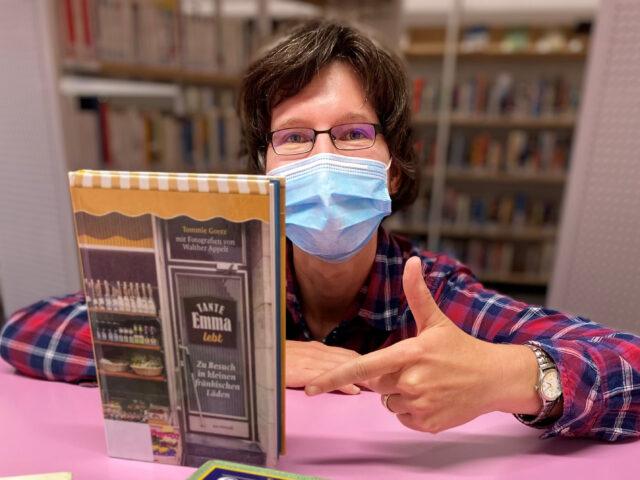 Frau mit Maske und Buch