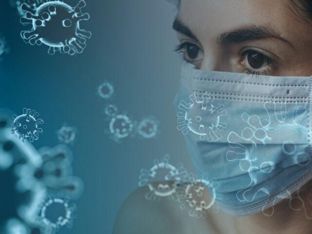 Frau mit Maske und Coronaviren als Illustrationen im Vordergrund